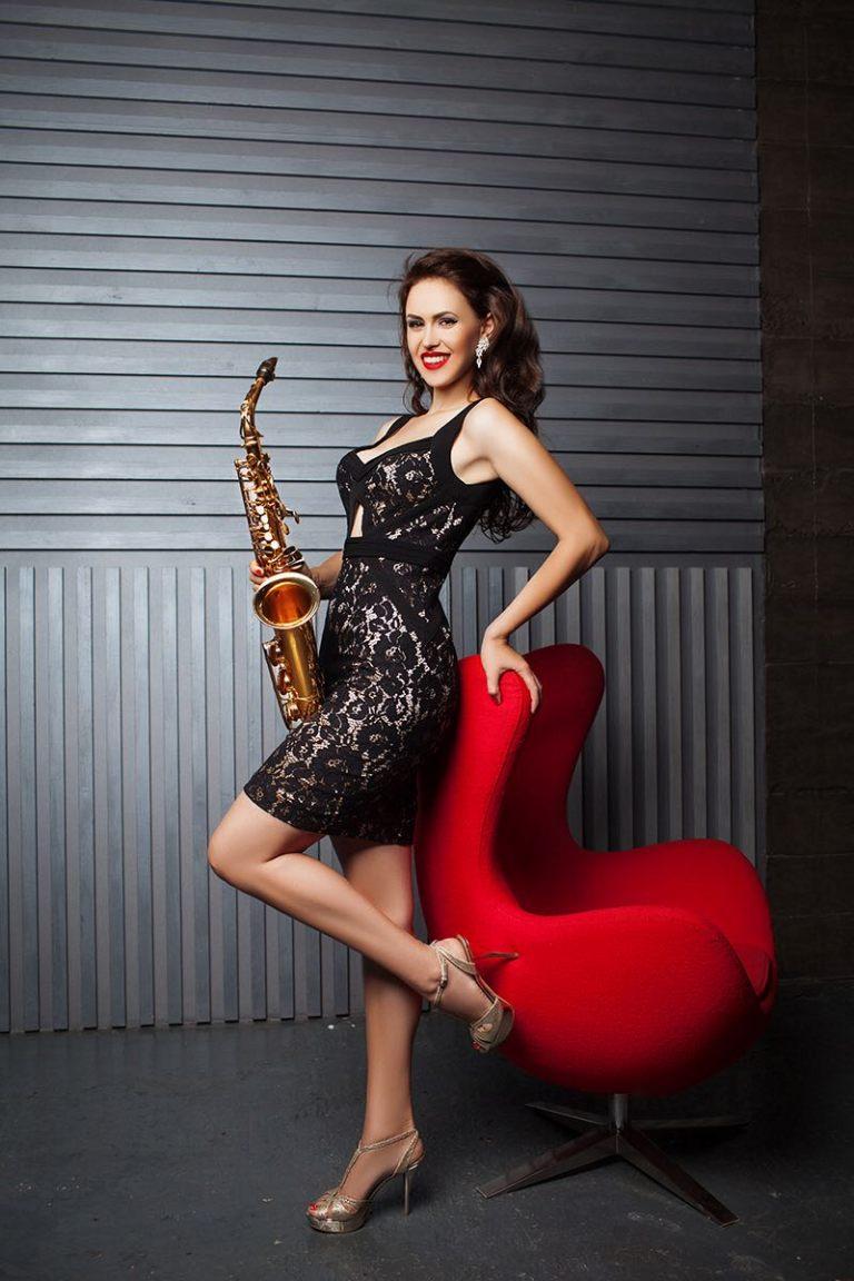 lady-saxophonist-1