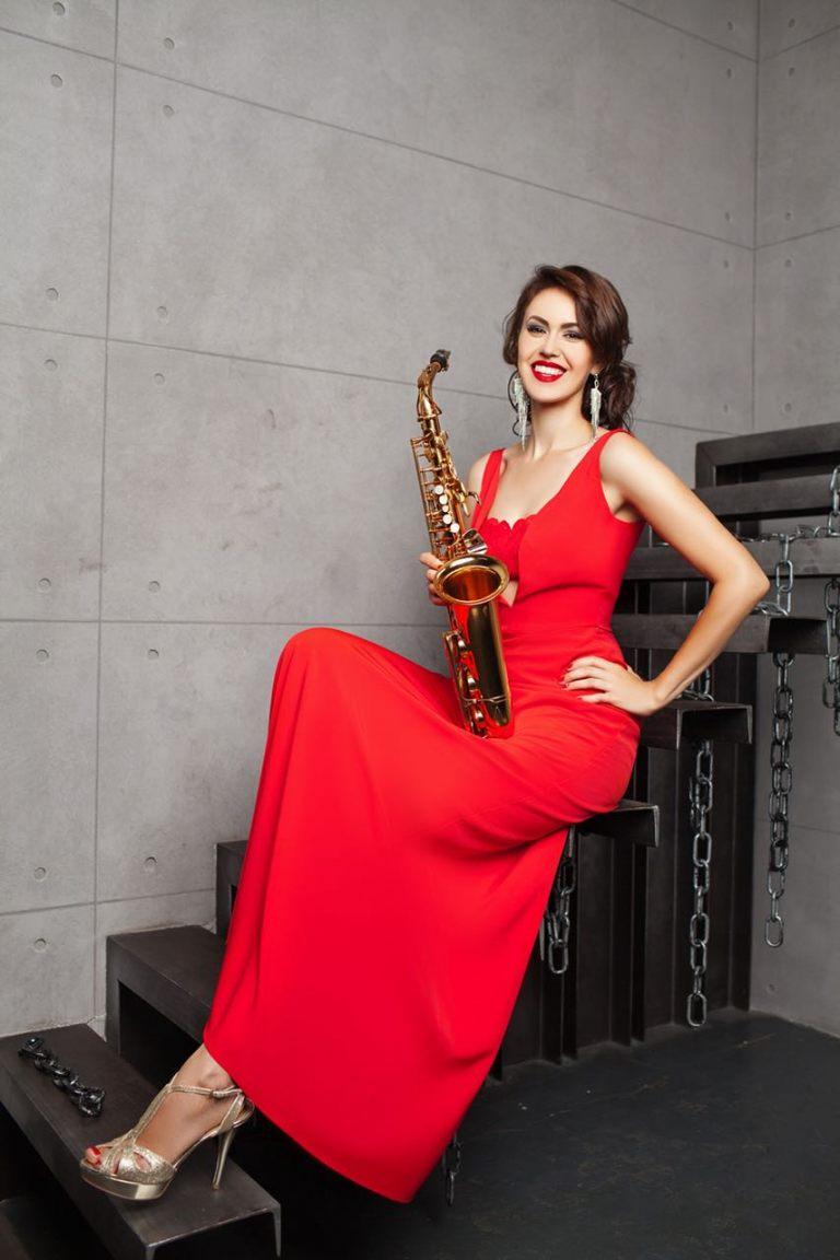lady-saxophonist-3