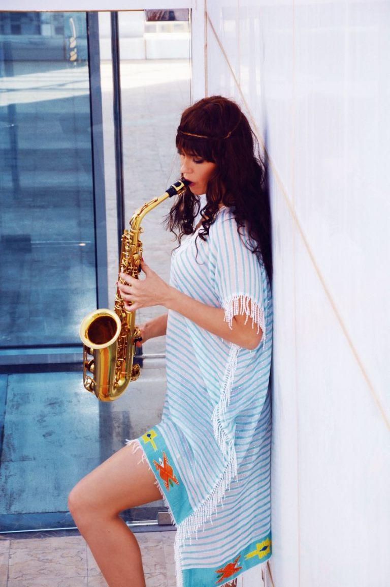 lady-saxophonist-4