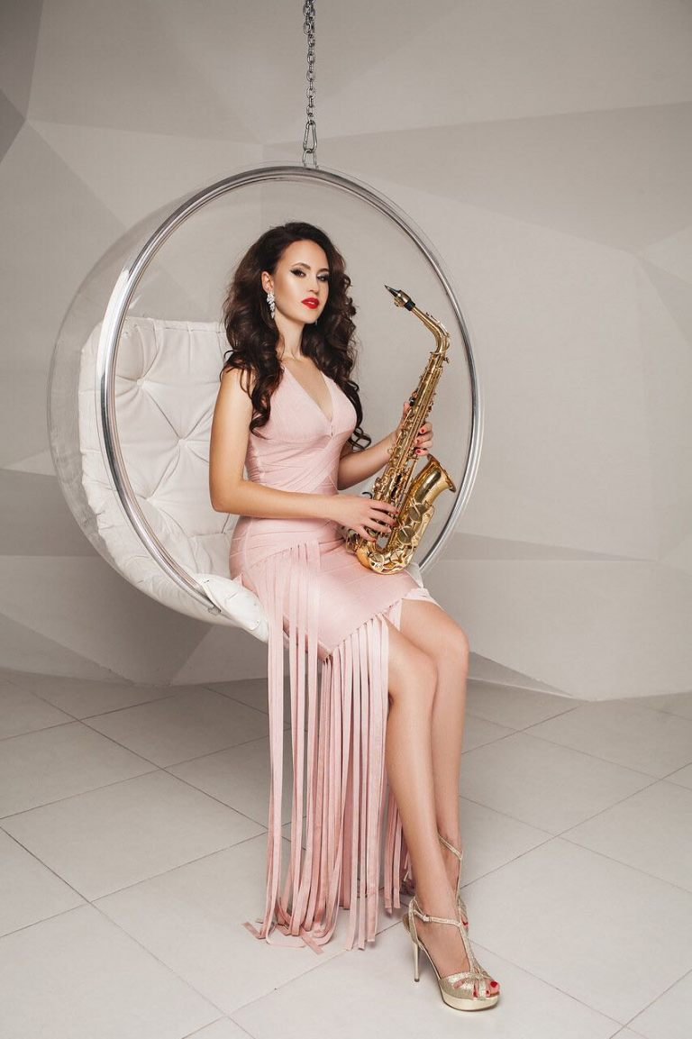 lady-saxophonist-5